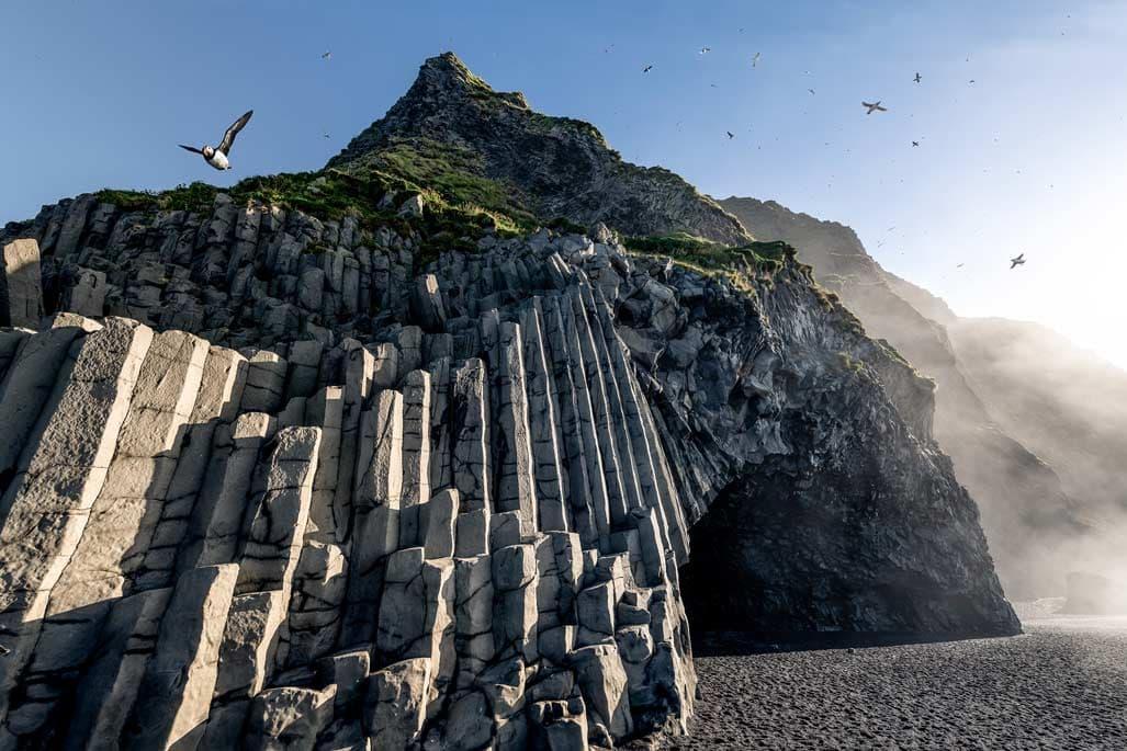 Lundák repülnek a sziklák felett