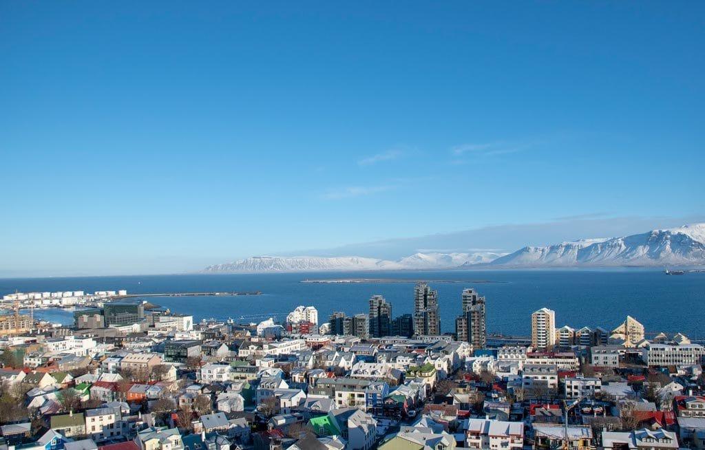Reykjavík látképee a magasból. Februárban ritka a napsütéses időjárás Izlandon