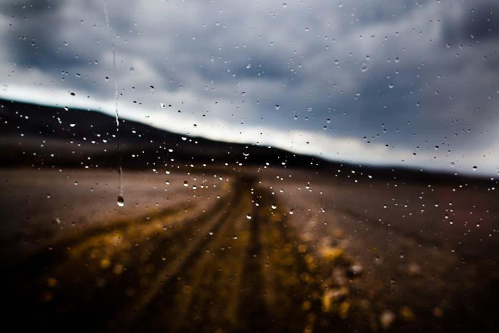 Időjárás Izlandon: kilátás az esős ablak mögül