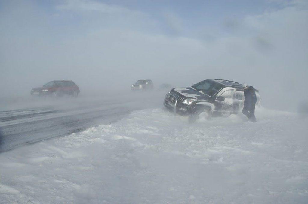 Szélsőséges időjárás Izlandon: árokba csúszott autók a havas úton