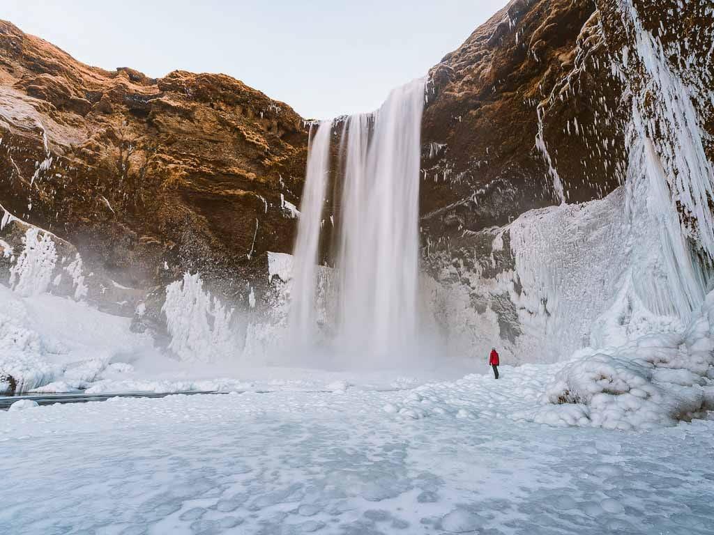 A befagyott Skógafoss vízesés februárban