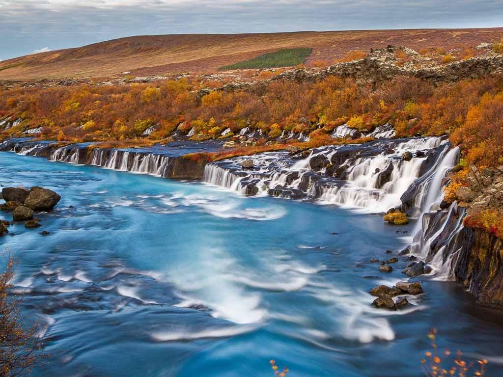 Gyonyörű őszi táj vízeséssel Izlandon