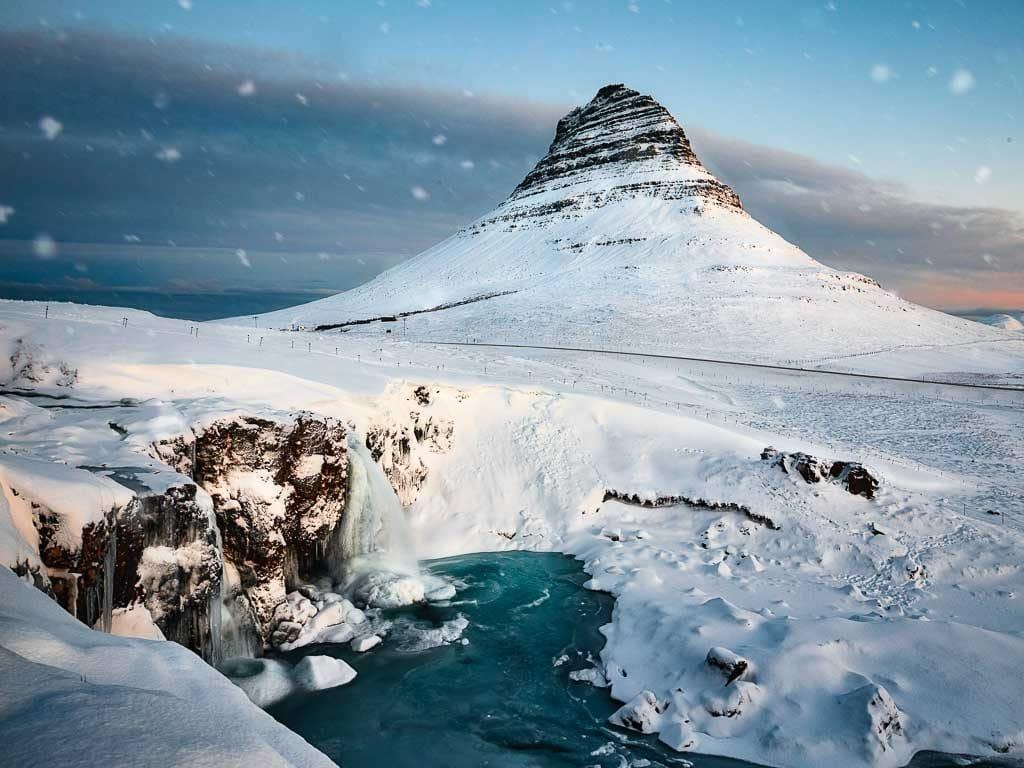 Kirkjufell hegy a decemberi hóesésben.