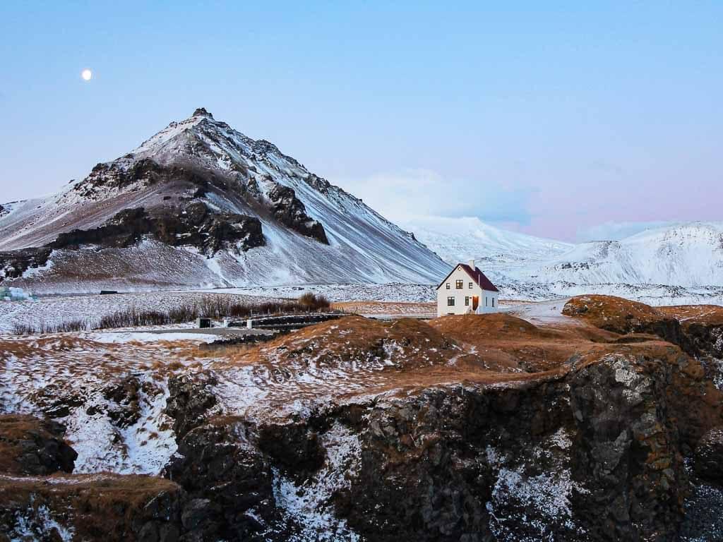 Arnarstapi falu márciusban. A táj még mindig havas