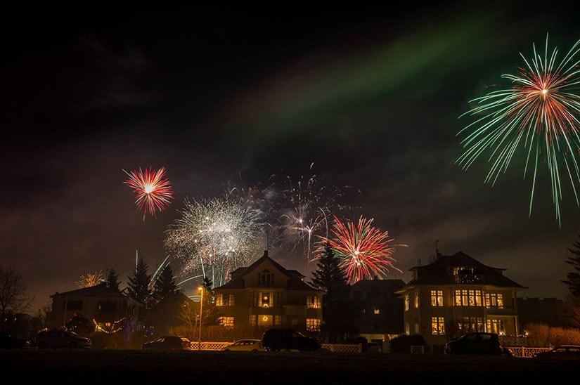 Szilveszteri tűzijáték és sarki fény Raykjavíkban