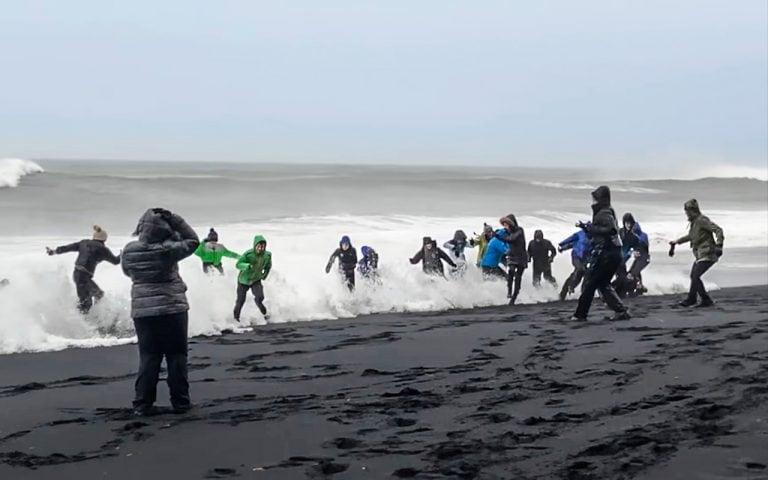Veszélyes hullámok a Izland fekete homokos tengerpartján
