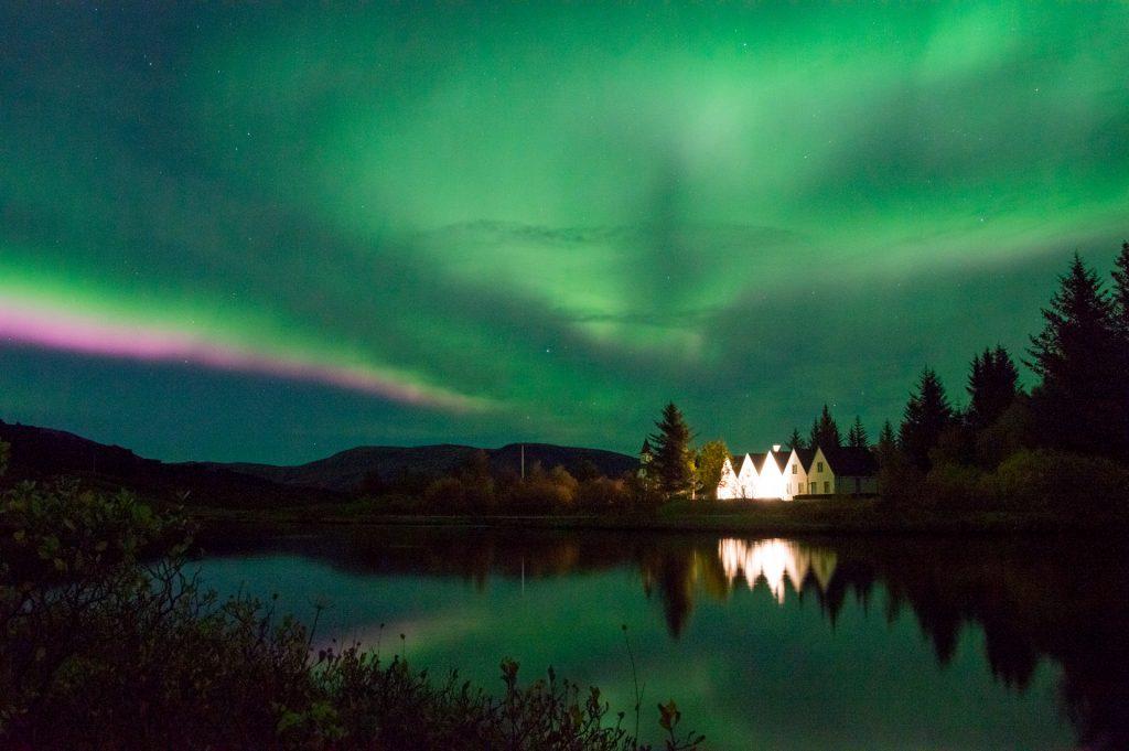 Sarki fény a Thinvgellir Nemzeti Parkban Izlandon