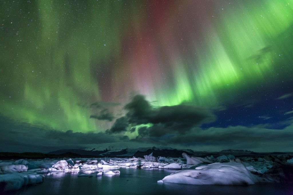 Aurora Borealis a gleccserlagúna felett Izlandon