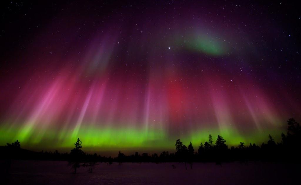 vörös és zöld sarki fény izland